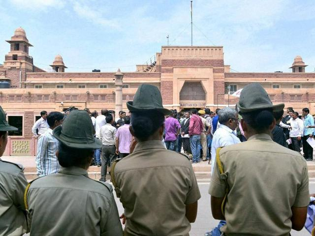 Policemen stand guard outside the Rajasthan high court during its judgment on Bollywood actor Salman Khan's involvement in the blackbuck and chinkara poaching cases, in Jodhpur.(PTI)