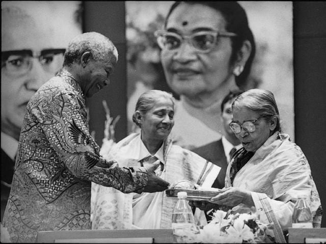 Nelson Mandela honours Mahasweta Devi  with the Jnanpith Award in 1997.