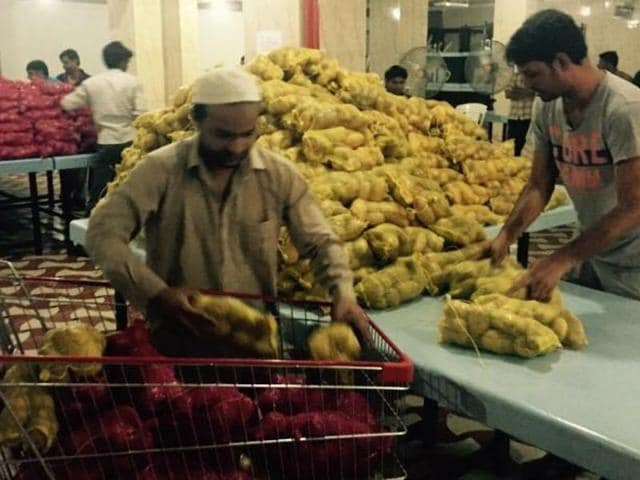 Food being distributed at the Consulate General of India in Jeddah.