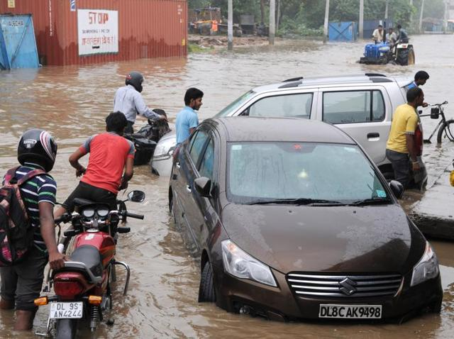 Monsoon showers  have once again brought India's showpiece urban centres to their knees.  The worst-hit was Gurgaon in Haryana where monsoon rains caused miles-long traffic jams, schools were ordered shut  and officials distributed food packets to stranded commuters.