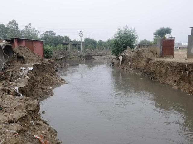 As natural flow of Badshahpur drain was blocked near the Delhi-Gurgaon expressway, water started flowing backwards leading to inundation of several areas, including Hero Honda Chowk and 10 sectors in the vicinity. Water from Hero Honda Chowk had to be pumped out to make way for traffic on Friday.(Abhinav Saha/HT Photo)