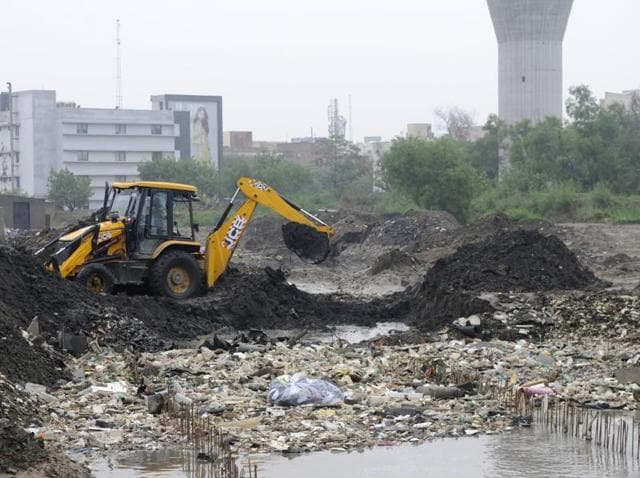 Insiders claim that the entire Badshahpur drain was not cleaned by the Haryana urban development authority due to lack of funds. Also the concretization of the drain is fraught with dangers and the real solution is either to de-water the Hero Honda chowk with pumps or acquire land in Khandsa to set up pipeline that could evacuate excess water.