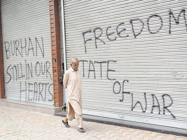 Kashmiri locals  clash with government forces near the United Nations Military Observer Group India and Pakistan (UNMOGIP) office in Srinagar on July 29, 2016. Protests continued for a 23rd day on Saturday following the death of Hizbul Mujahideen commander Burhan Wani.