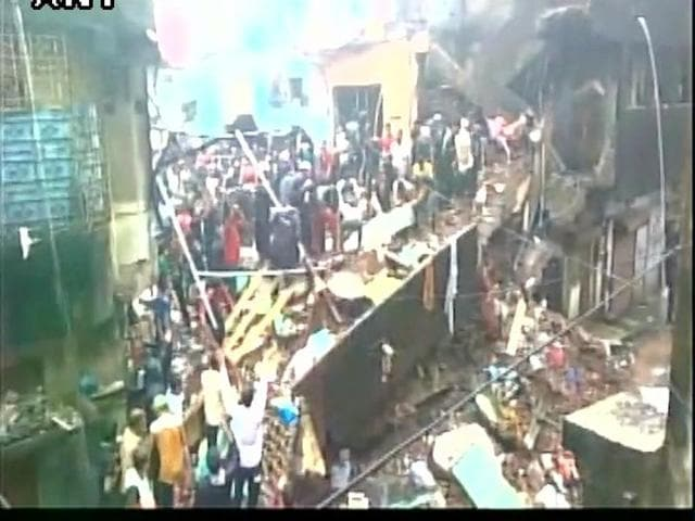Six people died and several others were feared trapped under the debris of a three-storeyed building which collapsed in Gaibinagar,  Bhiwandi.