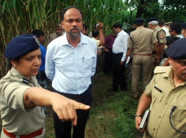 UP director general of police Javeed Ahmad (front right) visits scene of crime on Sunday. (Chahat Ram/ HT Photo)