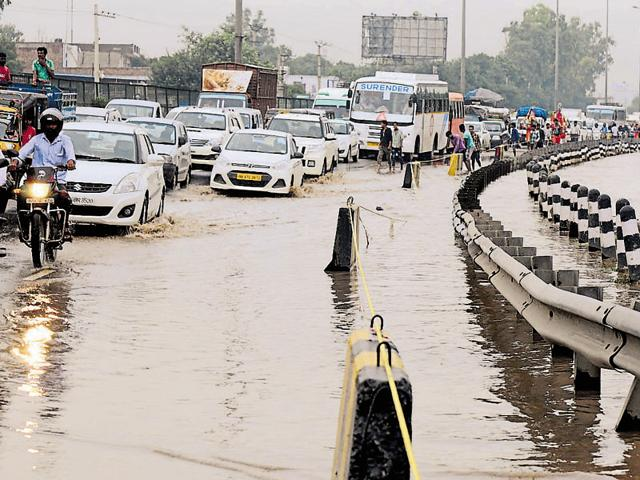 Gurgaon rain mess,waterlogging in gurgaon,gurgaon grounded
