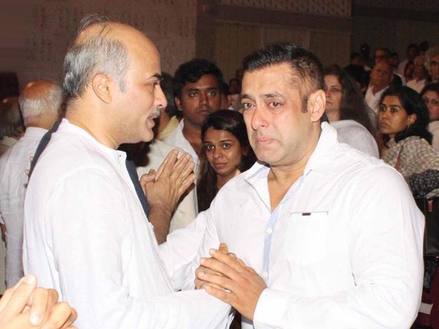 "Actor Salman Khan broke down at Rajjat Barjatya's prayer meet. The actor also tweeted, ""Rest in peace my brother Rajjat Barjatya."""