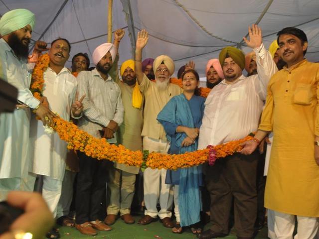 MP Harinder Singh Khalsa (centre) with expelled BJP leader Kishan Lal Sharma (second from left) in Jalandhar on Sunday.