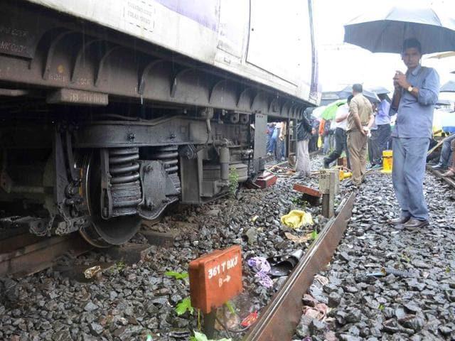train,monsoon,mumbai