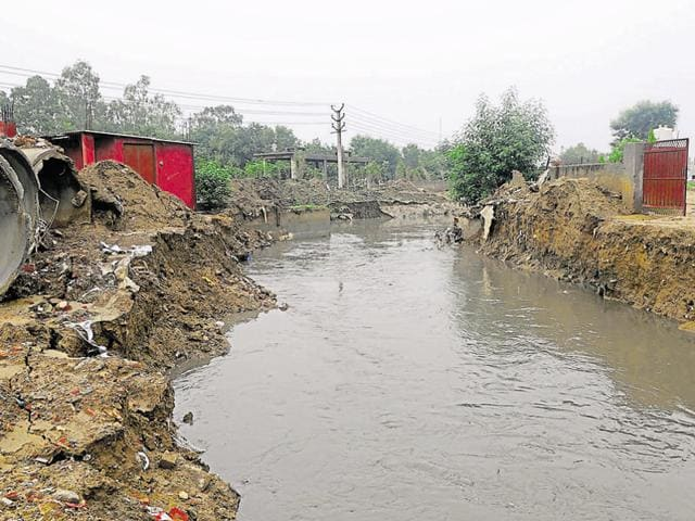 Experts pointed out that since water was not getting collected in Ghata bundh, it began entering the Badshahpur drain, putting pressure on it.