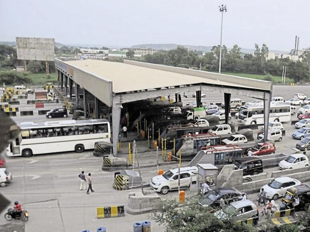 Every day, around 1.25 lakh vehicles pass through the Kherki Daula toll plaza, of which nearly 70,000 pay toll. The heavy movement of vehicles leads to snarls on the stretch.