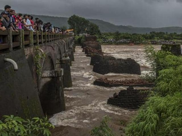 The strong current of the river and heavy rains has been hampering rescue efforts after an old bridge connecting to the Mumbai-Goa highway collapsed on Tuesday night in Mahad, India.