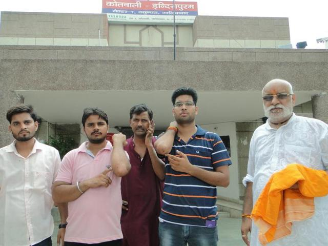 The contractor (in white kurta)protested outside the builder's office with around 20 people on Monday morning.
