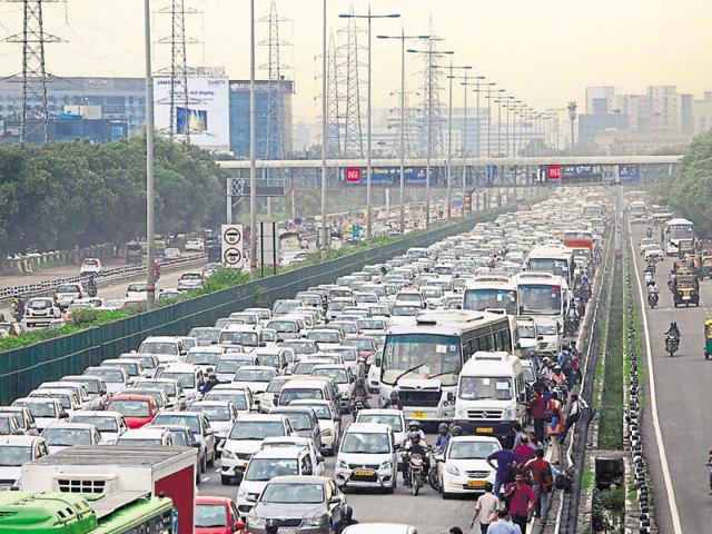 At all exits on the Delhi-Gurgaon Expressway, including the one near the Airtel building towards Delhi, problem arises due to the merging and diverging of traffic from the main carriageway and the service lanes.
