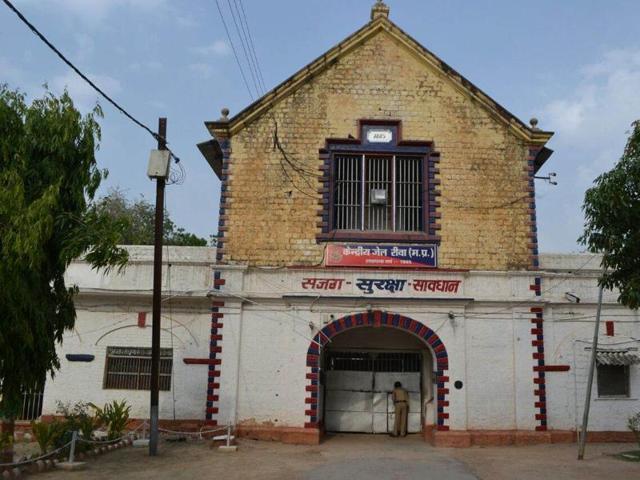 Rewa central jail deputy superintendent Mahesh Prasad Tikariya narrates details of the attack on him in Rewa on Sunday night.