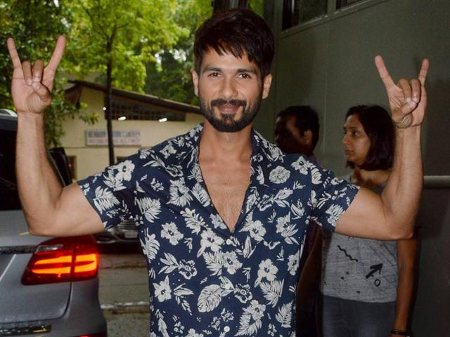 Shahid Kapoor feels that it's important to see the surroundings, and use them positively to do better work.