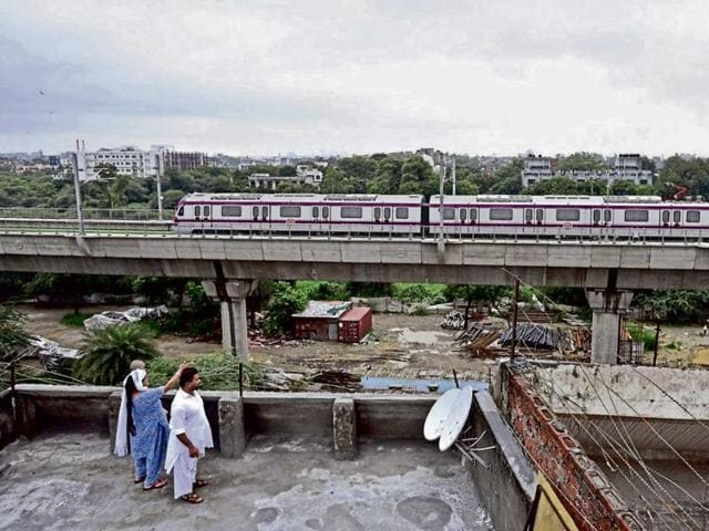 The Delhi Metro Rail Corporation (DMRC) said on Thursday that work on the 3.5-km Kalindi Kunj to Botanic Garden Metro link is almost complete and its trial is expected to begin by mid-October.(HT Photo)