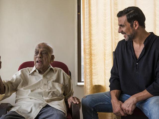 Actor Akshay Kumar met former DCP John Lobo who was part of the KM Nanavati case.(Satish Bate/HT Photo)