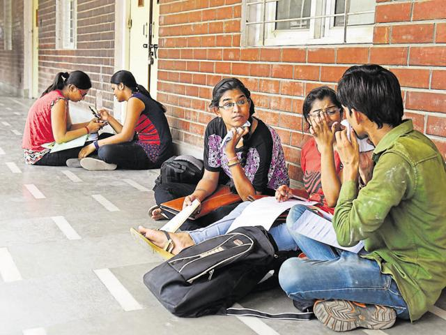 Students of Delhi University's Daulat Ram College (DRC) came out on the streets on Monday to protest against the poor infrastructure and facilities and asked authorities to take immediate action.(Sushil Kumar/ HT file)