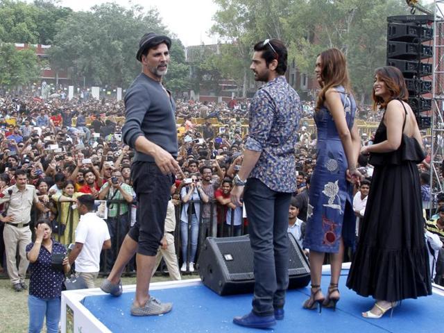 Bollywood actors Akshay Kumar, Ileana D'Cruz, Arjan Bajwa and Esha Gupta at Hansraj College of Delhi University.(Waseem Gashroo/HT Photo)