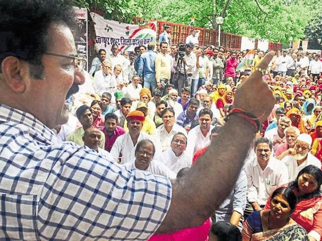 Congress leader Pratap Singh Khachariyawas addresses party workers during a demonstration against the state government over the death of cows at Hingonia outside the JMC on Friday.
