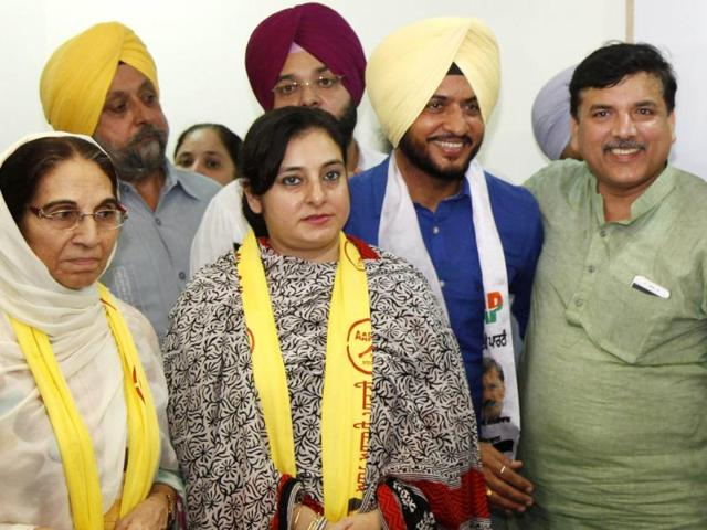 Sarabjit Kaur, wife of former finance minister in the SAD minister Captain Kanwaljit Singh, and their daughter Manpreet Kaur Dolly, besides singer Sukhwinder Singh Sukhi, with AAP's Punjab affairs in-charge Sanjay Singh after joining the party in Chandigarh on Saturday.