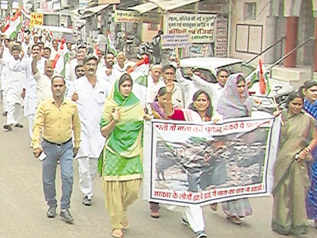 Congress workers in Alwar protest against the death of hundreds of cows in Hingonia rehab centre.