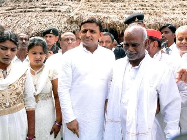 Banshidhar Bauddh (left)outside his mud-and-thatch house in Bahraich during a visit by chief minister Akhilesh Yadav (centre).