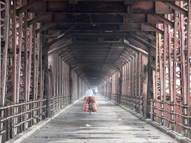 As the Yamuna water level reached near danger mark, the Old Iron Bridge was closed for public transport in New Delhi on Sunday(Sonu Mehta/HT Photo)