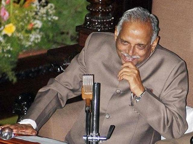 Karnataka revenue minister Kagodu Thimmappa fainted and collapsed at the 70th Independence Day function in Malnad.