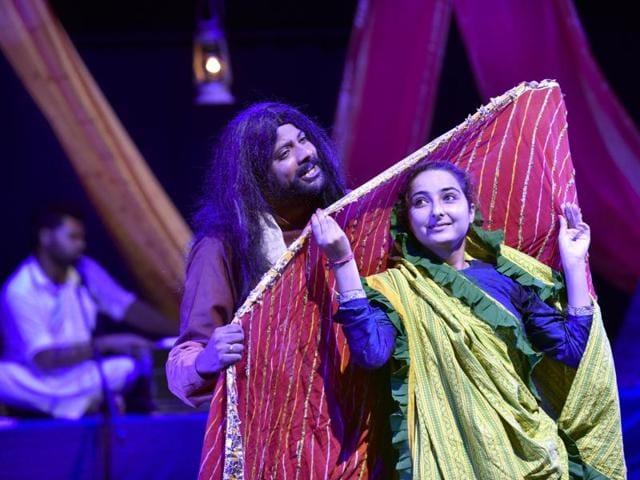 Artistes performing a play, 'Kabira Khada Bazaar Mein', during the Indo–Pak friendship festival at Punjab Naatshala in Amritsar on Sunday.(Gurpreet Singh/HT Photo)