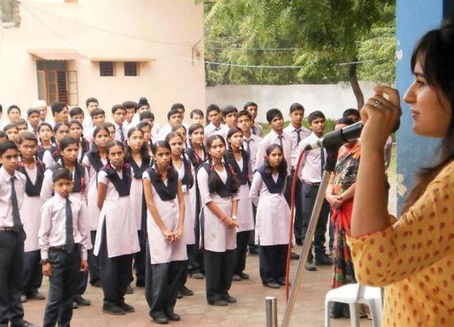Ayushi Dutta speaks to school kids about organ donation at a workshop.