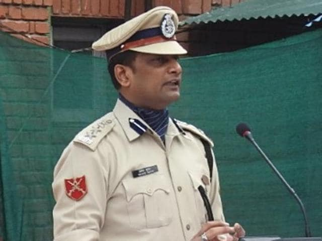 Family members mourn the death of Pramod Kumar, the CRPF commandant who died fending off an attack from militants in Nowhatta, Srinagar, on Tuesday. He will be laid to rest in Jharkhand's Jamtara district.