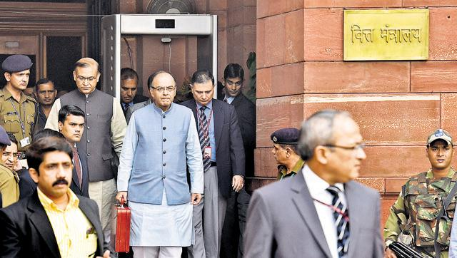 Finance minister Arun Jaitley on his way to present the Budget for 2016-17.(Hindustan Times)