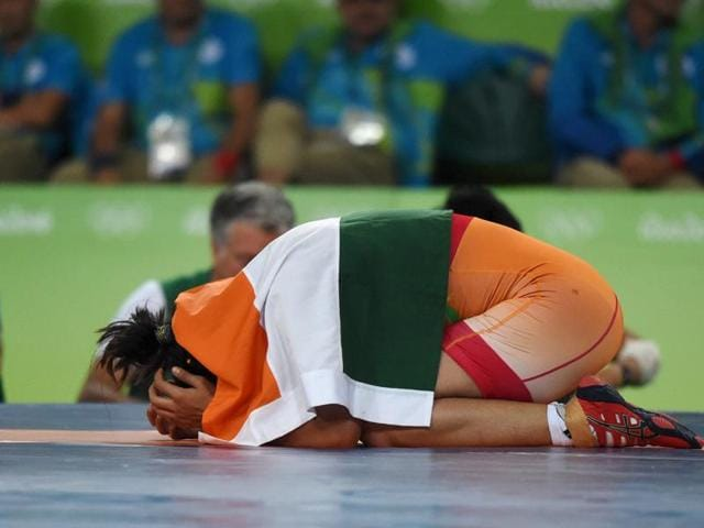 Sakshi Malik celebrates after winning bronze against Kyrgyzstan's Aisuluu Tynybekova.(PTI)