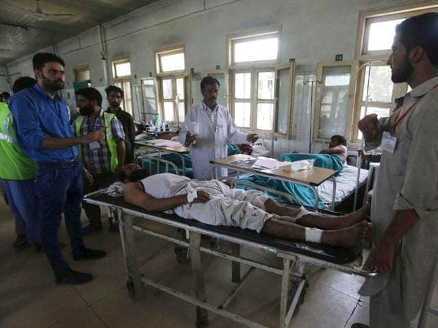 An injured Kashmiri being treated at a hospital in Srinagar.(Waseem Andrabi/HT Photo)
