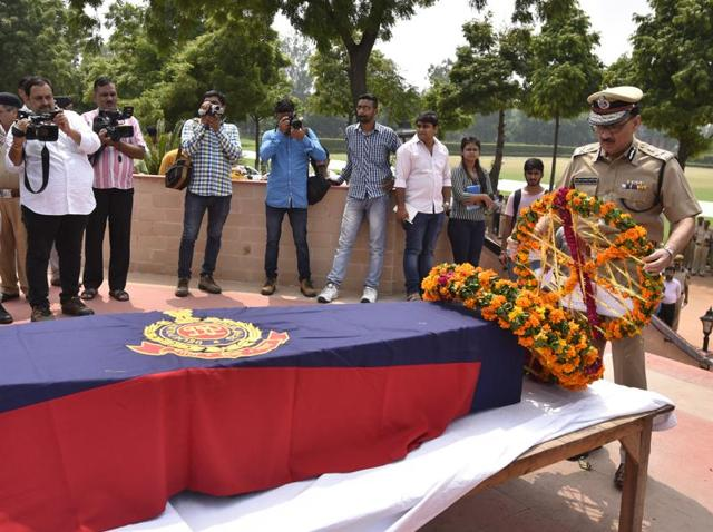 Delhi Police commissioner Alok Kumar Verma pays tributes to constable Anand Singh, who was shot dead by assailants in Shahbad.
