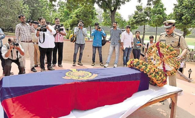 Commissioner of Delhi Police Alok Kumar Verma paying tributes to constable Anand Singh, who shot dead by unknown assailants Shahabad Diary  on Saturday.