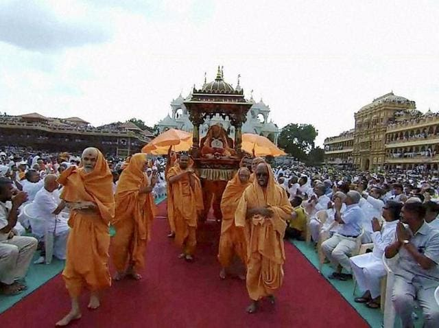 Sarangpur :Devotees pay tributes to Swaminarayan sect's spiritual head Pramukh Swami Maharaj during his funeral at a temple in Sarangpur, on Wednesday. PTI Photo (PTI8_17_2016_000315A)