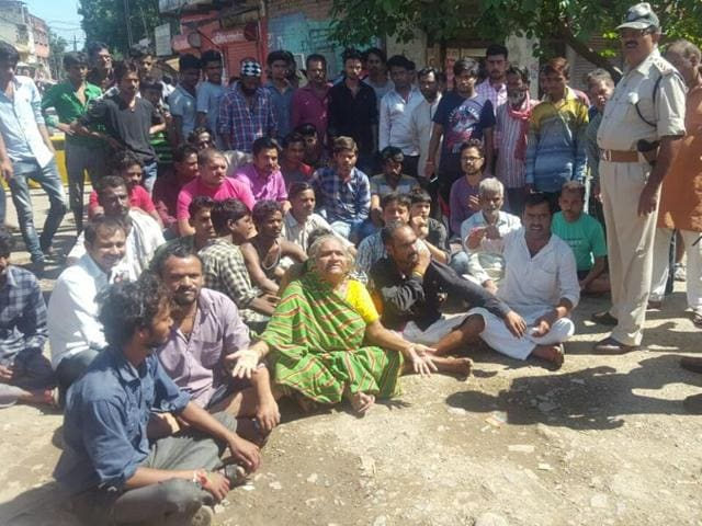 Flood-hit people in Rewa stage a sit-in on Jabalpur-Allahabad highway on Sunday.