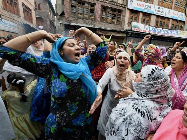 Kashmiri protesters shout pro-freedom slogans following the death of teenager Irfan Ahmad in downtown area of Srinagar on Monday.(Waseem Andrabi/ HT Photo)