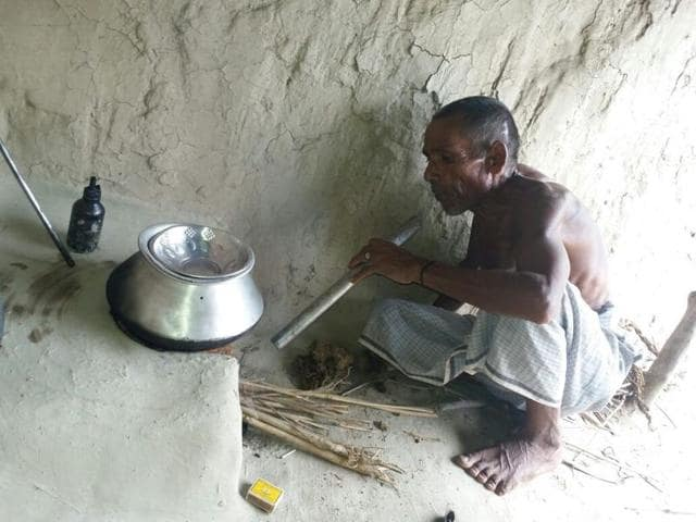 Puttilal Gautam is a Dalit landless daily wage worker of Judhaura village in Sitapur district.