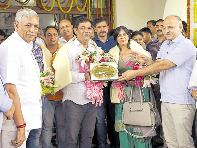 Delhi assembly Speaker Ram Niwas Goel,  Deputy Chief minister Manish Sisodia and MLAs with wrestler Sakshi's mother Sudesh and father Sukhbir Malik and coach at the Delhi assembly on Tuesday.