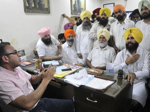 Independent MLA Simarjeet Singh Bains with the complainant talking to the owner of Aastha Hospital Dr Sanjeev Gupta in Ludhiana on Tuesday.