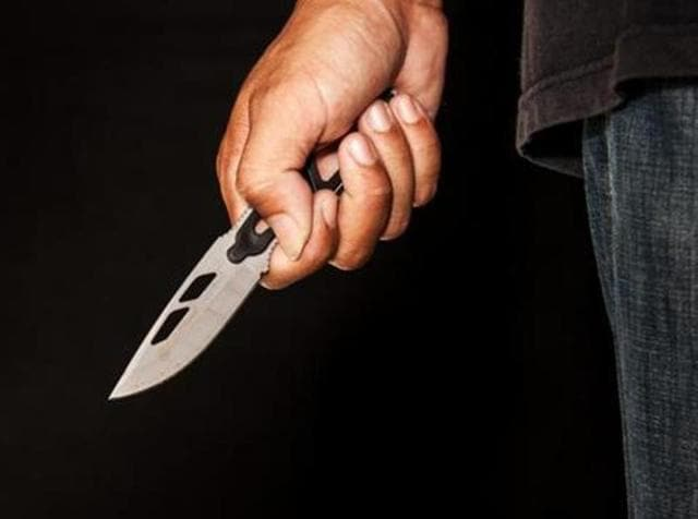 Evil criminal with large sharp knife ready for robbery or to commit a homicide (knife attack, shutterstock)