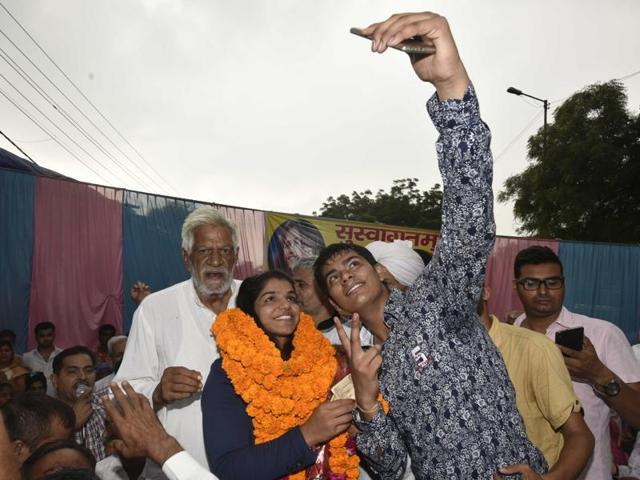 Olympic bronze winner and wrestler Sakshi Malik is welcomed on her way to her hometown Rohtak on August 24.