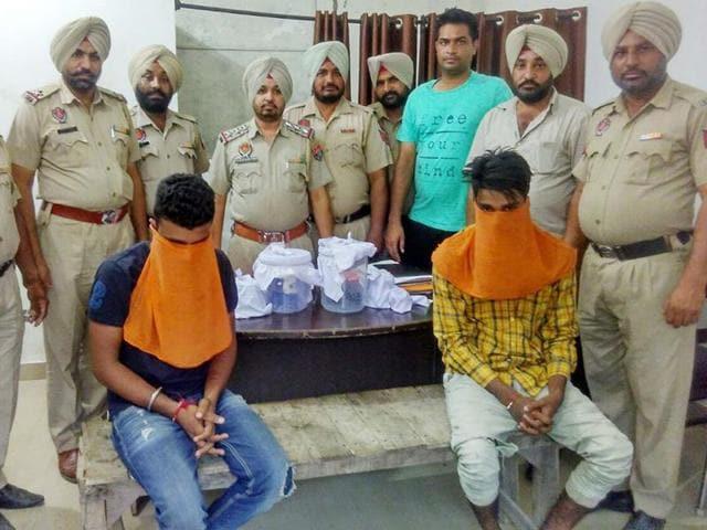 pistols,narcotic powder,arrested