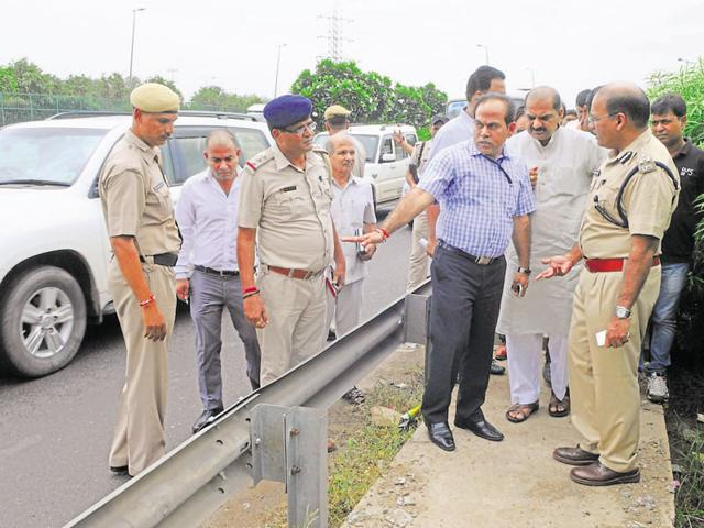 The team that surveyed the Delhi-Gurgaon Expressway on Wednesday comprised joint commissioner of police (traffic) Y Puran Kumar, National Highways Authority of India project director Ashok Sharma, Municipal Corporation of Gurgaon joint commissioner Vivek Kalia, highway concessionaire MCEPL CEO S Raghuraman and other officials from civic agencies.