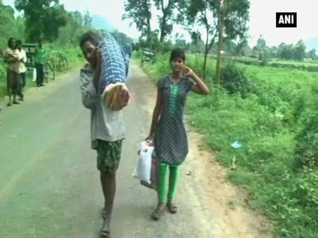 The man and his daughter had walked about 12 kilometres this way when some journalists spotted him and saw news.(ANI)
