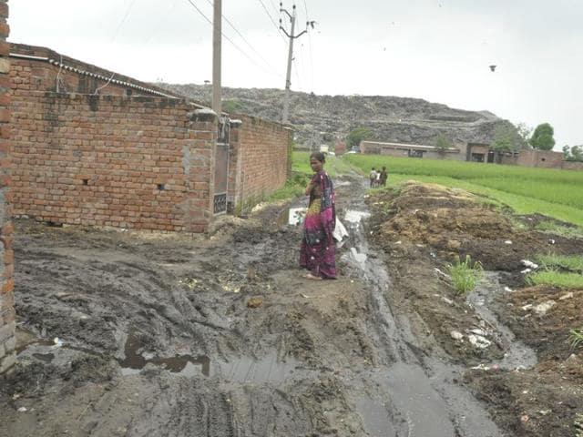 Residents are living in unhygienic conditions near the garbage dump at Mata Sant Kaur Nagar at Wariana village in Jalandhar.(Sikander Singh Chopra/HT Photo)